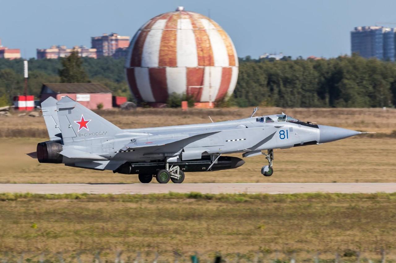 МиГ-31 с макетом противоспутниковой ракеты