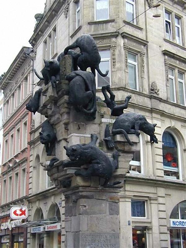 0225 Скульптуры и памятники кошкам