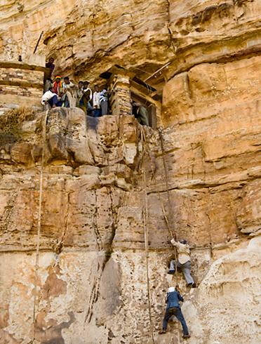 Вход в храм Дэбре-Дамо