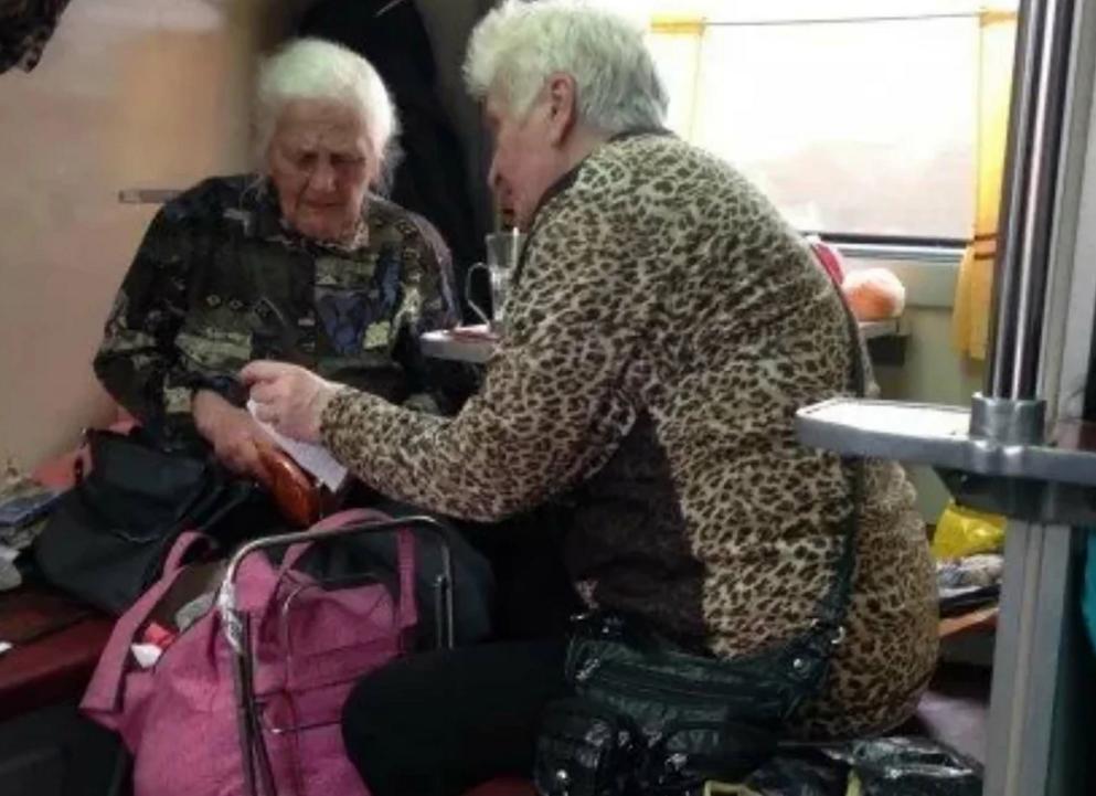 Бабушки в поезде