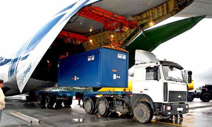 Две сотни самолетов и десятки КАМАЗов: в Россию привезли 440 тонн долларов
