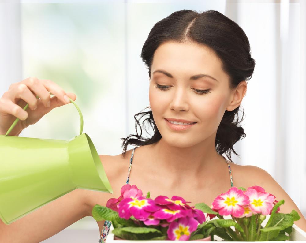 Сюжет где садовник в лесном домике посыпает голую хозяйку лепестками роз 21 фотография