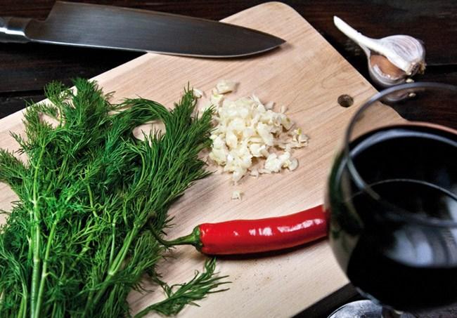 подготовка зелени и чеснока для перцев, фаршированных рассыпчатой начинкой