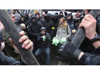"""""""Свиные бунты"""" на Украине бьют по президенту, но целятся в парламент"""