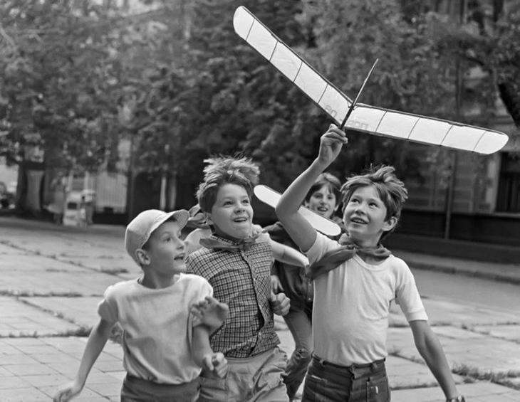 9) Во дворе все лето замечаешь, как дети хвастаются новыми гироскутерами и вейпами, а раньше самая крутая игрушка - сделанная вместе с отцом воспитание, дети, интересно, родители, фото, чему учат детей сегодня