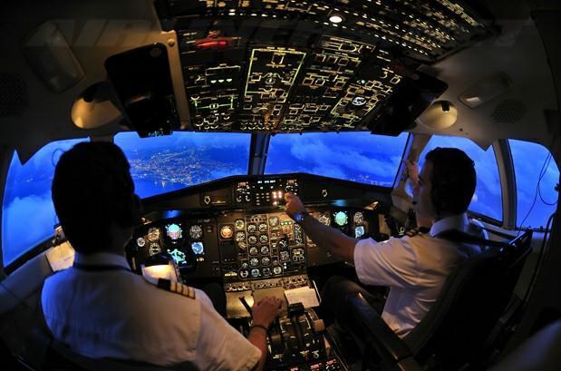 Самолет попадает в воздушную яму…