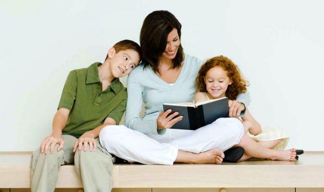 мама с детьми читает книгу