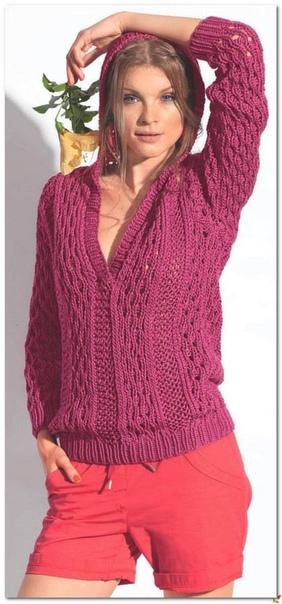 Стильный пуловер с капюшоном.