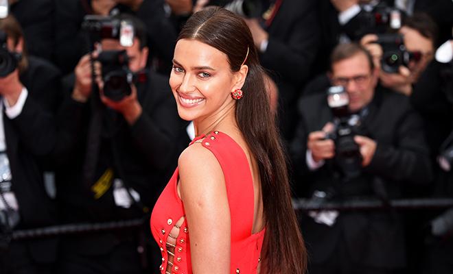 Ирина Шейк вышла в платье на голое тело на красную дорожку в Каннах