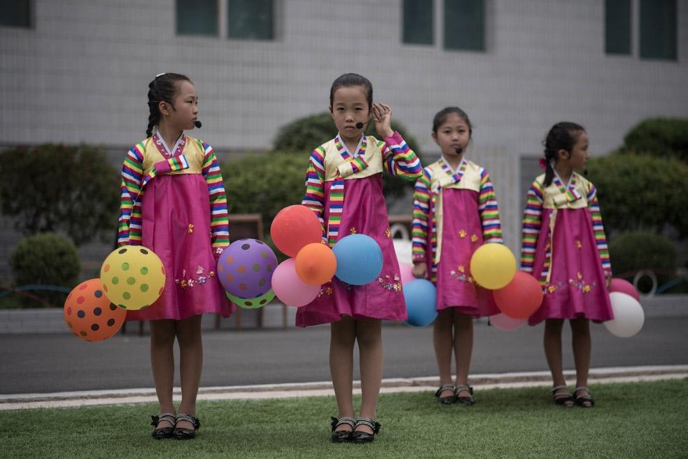 Дети проводят репетицию танцевальной программы к очередном городскому празднику