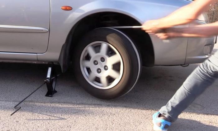 Экстренная помощь: Как быстро завести автомобиль при помощи домкрата и верёвки