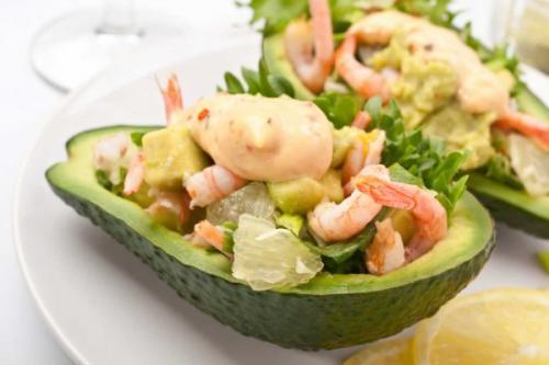 Салат с креветками и курицей в авокадо