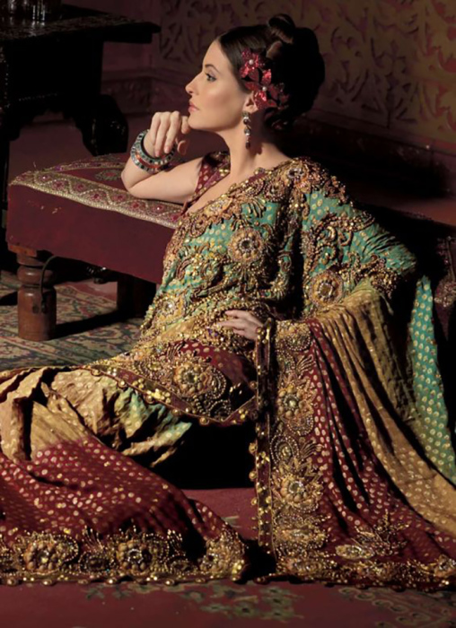 Ткань и богатство вышивки отличали знатных женщин от простолюдинок