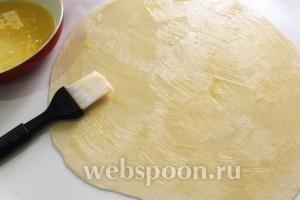 При помощи кисточки обильно смазать поверхность лепёшек маслом.