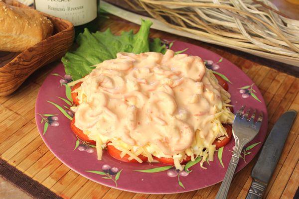 Салат с креветками с помидорами