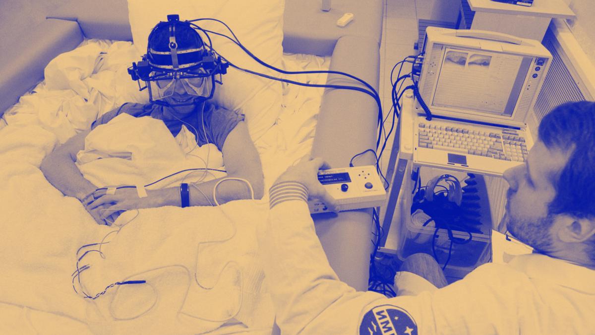 Слева — изменения в позвоночнике испытателя в «сухой» иммерсии; справа — мышцы, участвующие в поддержании позы человека по В.С. Гурфинкелю  ИМБП РАН