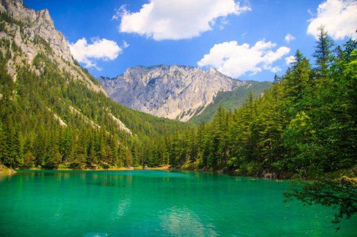 Воды озера имеют четкий зеленый окрас с невероятной видимостью, что даёт возможность совершать погружения в глубины озера.