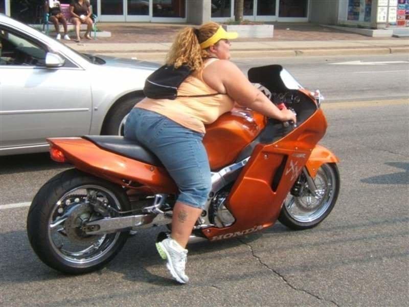 Мда, зачем ей лезть на мотоцикл? Ведь можно было бы приобрести автомобиль... интересное, образ_жизни, ситуации, толстушки, фото, худышки, юмор