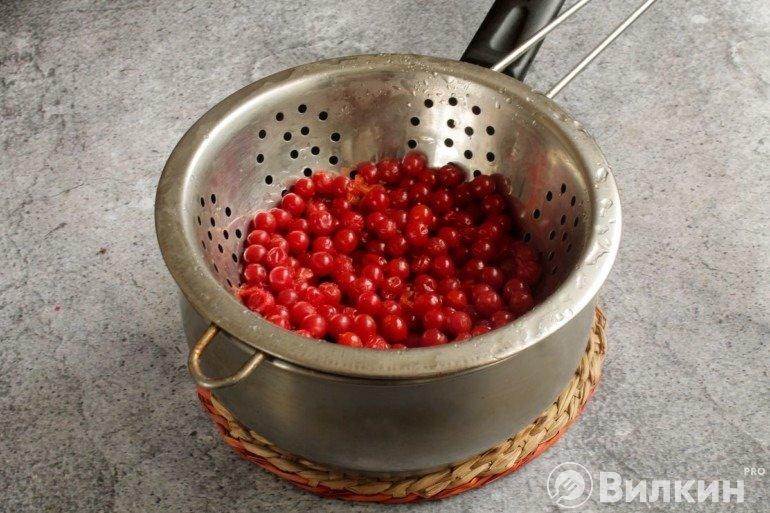 Откидывание ягод на дуршлаг