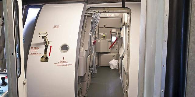 Что будет, если открыть дверь самолета