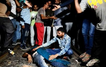 Число погибших при наезде поезда на толпу в Индии возросло до 61 человека