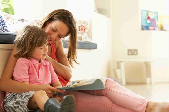 Мама читает книгу вместе с ребенком