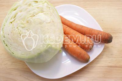 Капусту и морковь очистить.
