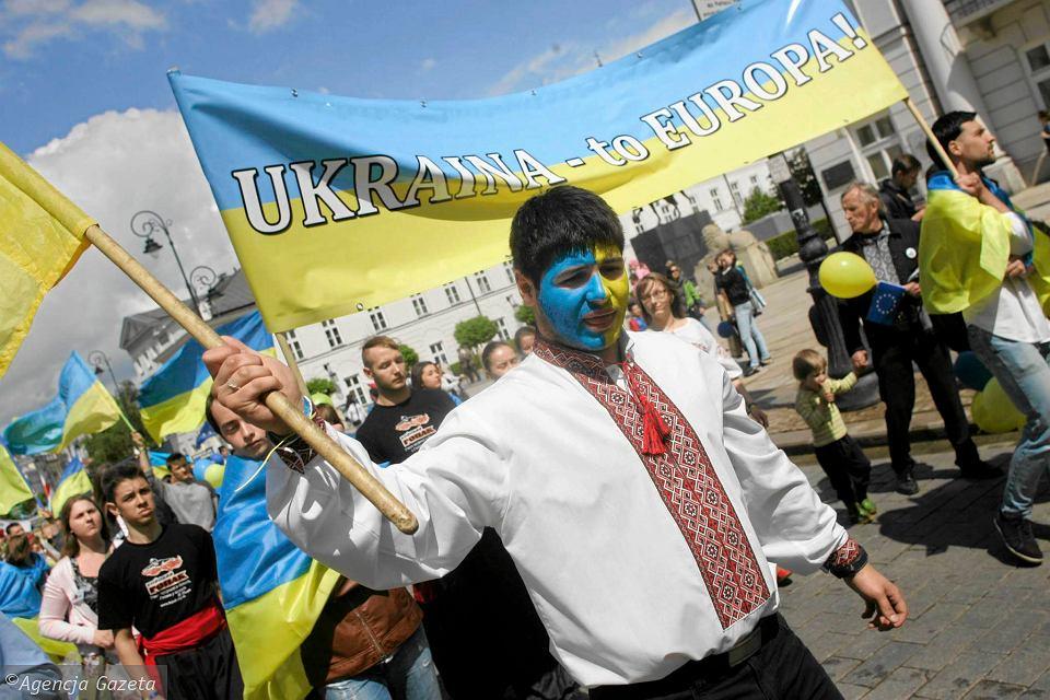 В Польше на заводе украинских работников дискриминационно обязали носить сине-желтую униформу.