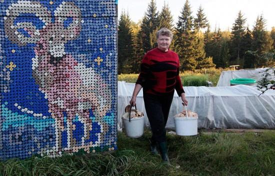 Российская пенсионерка украсила свой дом необычным способом (6 фото)