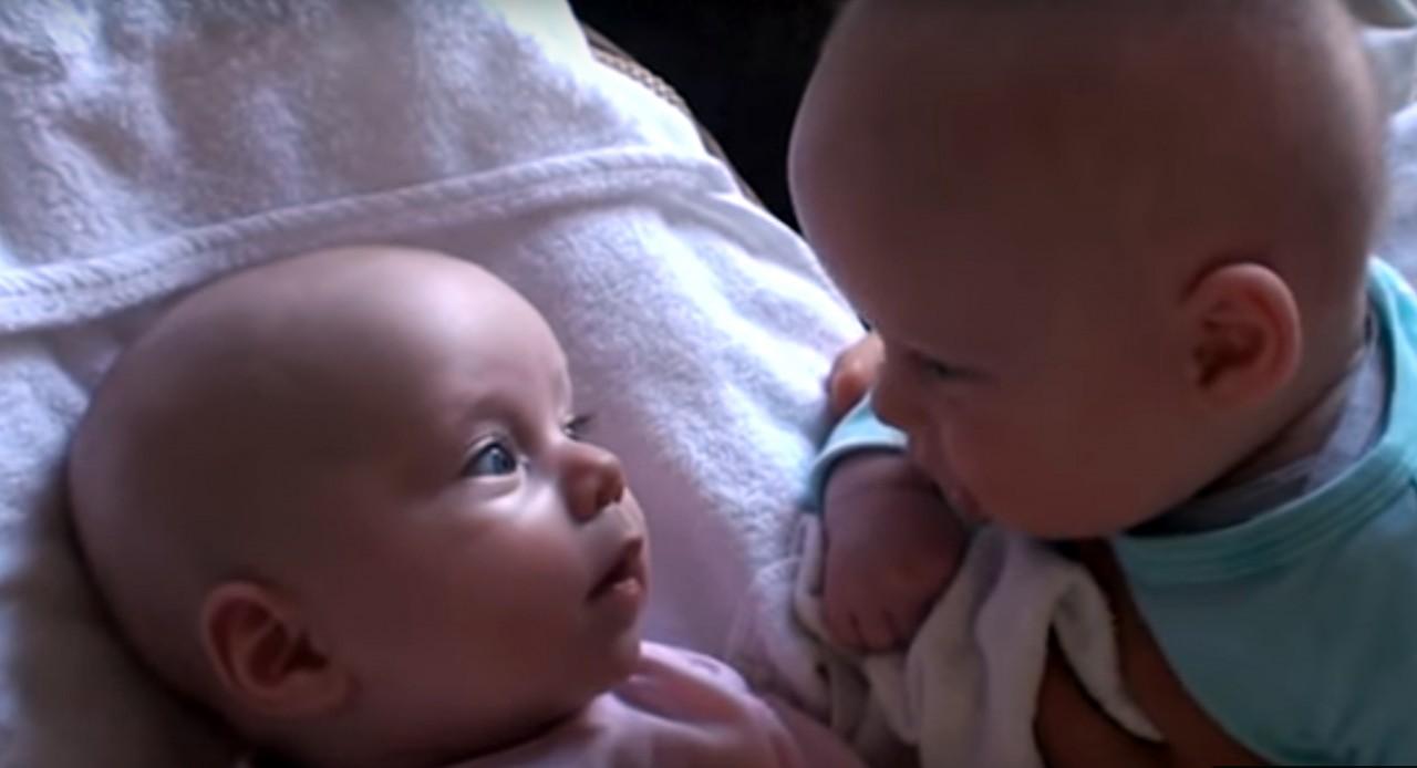 Этот уморительный разговор двух младенцев покорил Интернет!