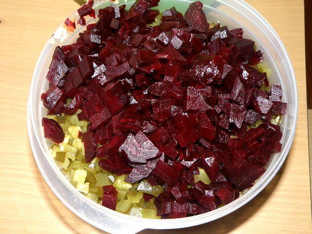 Свеклу нарезать. пошаговое фото этапа приготовления винегрета