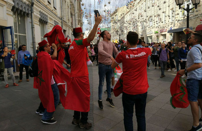 Песни, братания и всеобщая радость. Иностранные болельщики в восторге от Москвы