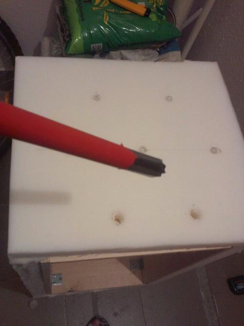 Отверстия в поролоне прорезаем выбиванием вот таким устройством с острой кромкой