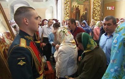 У Донского монастыря выстроилась очередь к мощам святителя Луки
