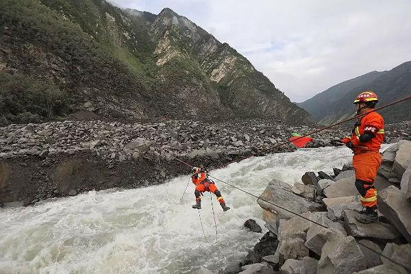 Оползень завалил реку в Китае, эвакуирована тысяча человек