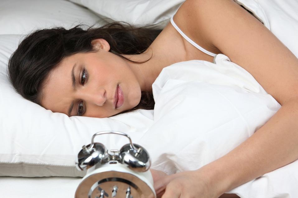 Чего нельзя делать, если вы проснулись среди ночи. Советы от специалиста по сну