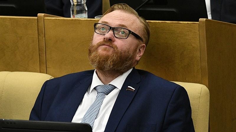 Милонов предложил запретить школьницам косметику