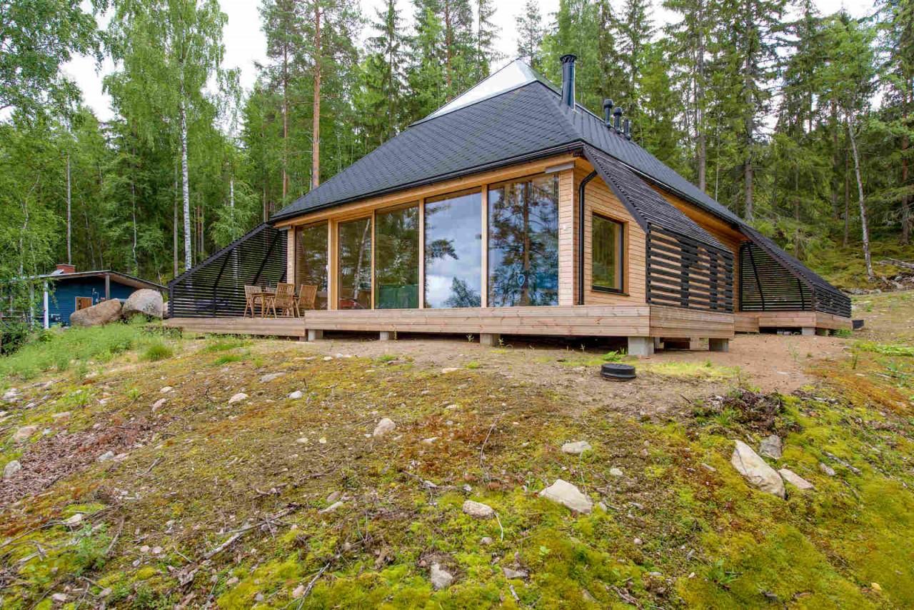 Необычный деревянный дом на берегу озера в Финляндии