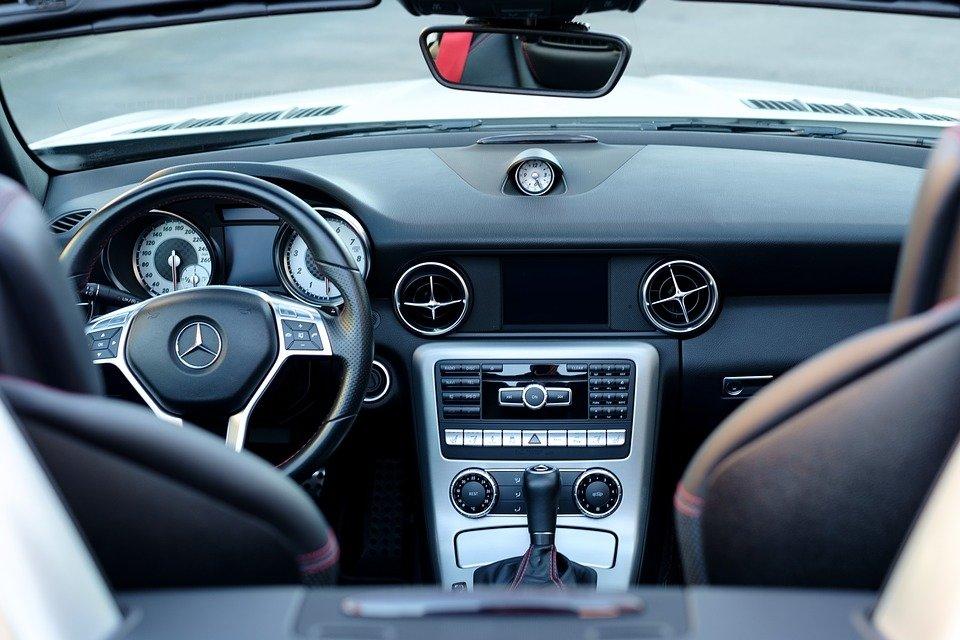 Автоэксперт рассказал, что дарить мужчинам в машину на День защитника Отечества