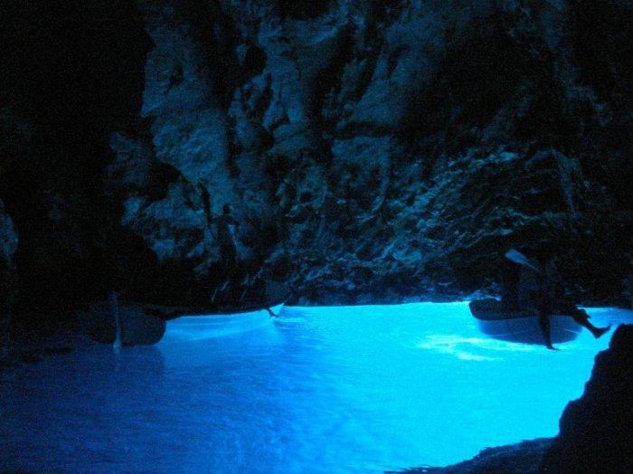 Эту природную достопримечательность необходимо посетить пока солнце находится в зените, ведь именно из-за преломления света у воды появляется завораживающее голубое свечение.