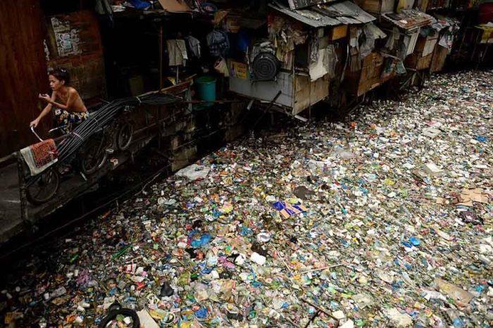 Собирать мусор в реке и сдавать на переработку - теперь гораздо выгоднее, чем рыбачить.