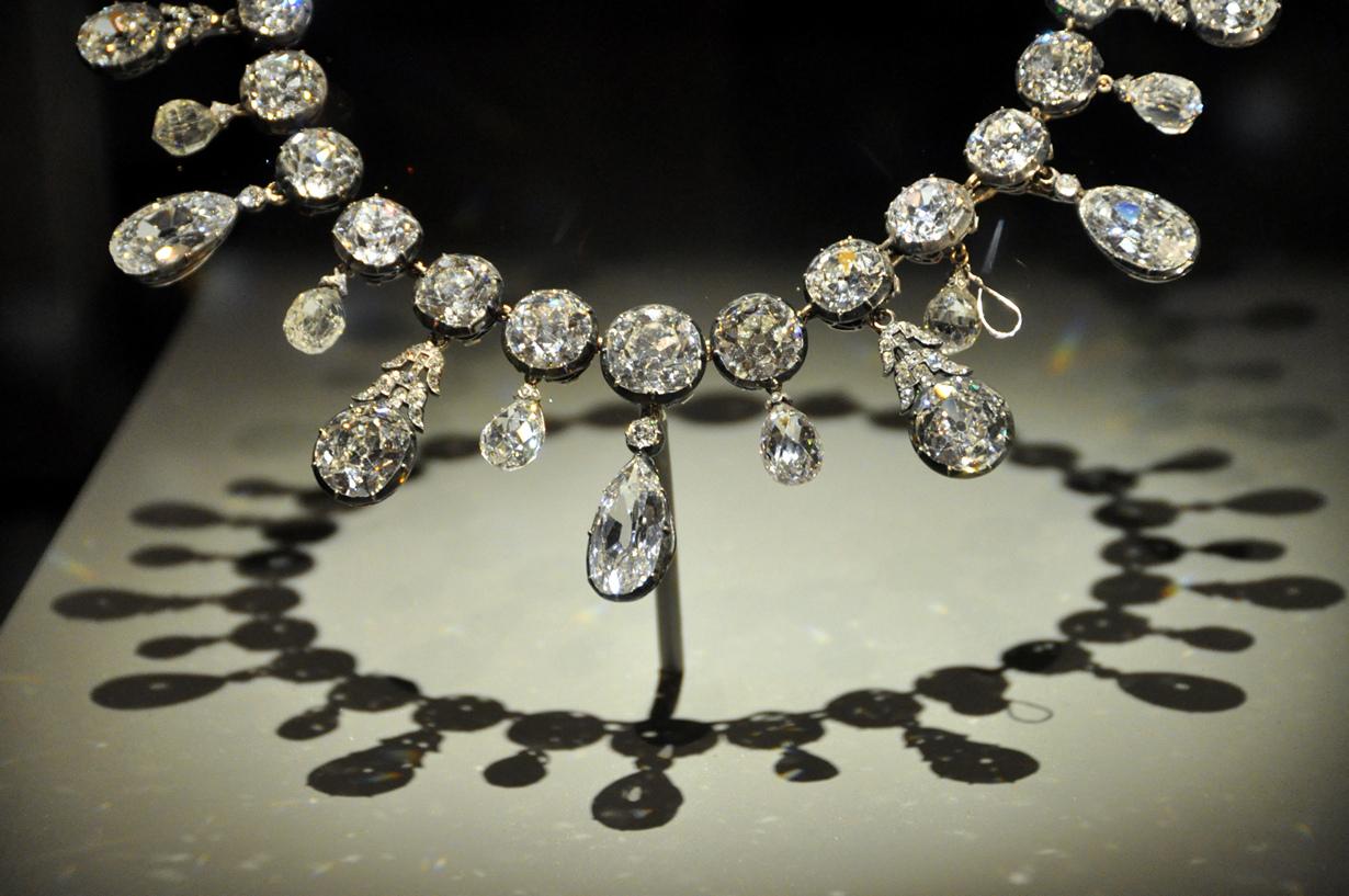 1 место. Алмаз  — самый дорогой минерал в мире. Обработанные камни — бриллианты  — оцениваются по системе «4 C» (огранка, чистота, цвет и масса в каратах). Месторождения: Австралия, Ангола, Ботсвана, Канада, Россия и ЮАР.  (Kevin Harber)