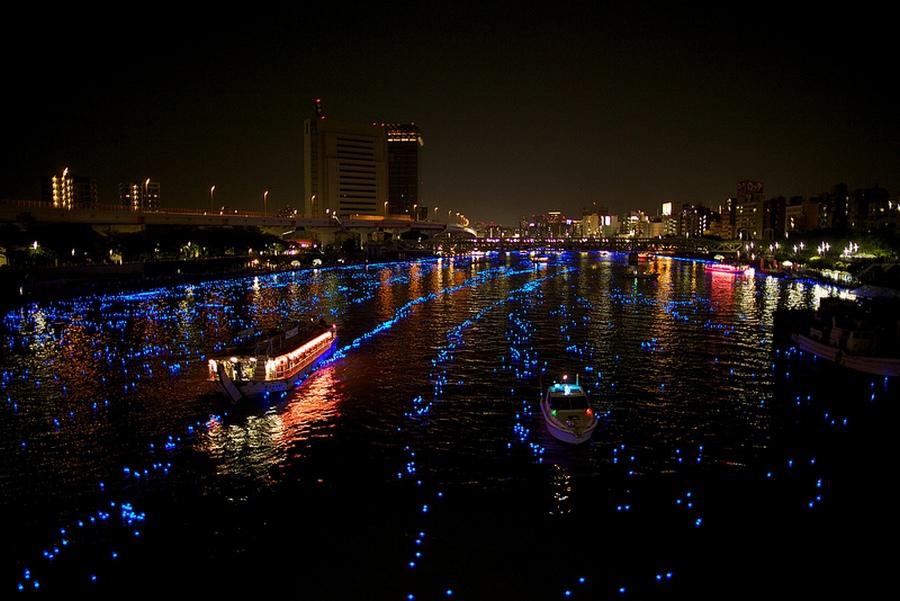 31 100.000 Голубые Шары, Плавающие Вниз по Реке В Токио