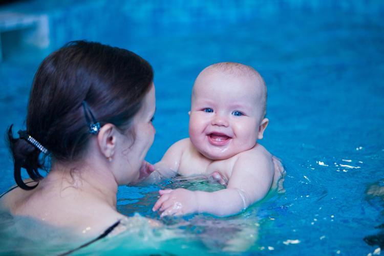 Чем полезное плаванье грудничка в бассейне
