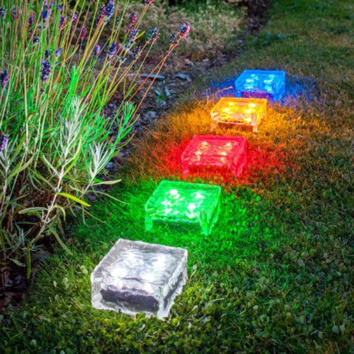 Разноцветные светильники на солнечных батареях.