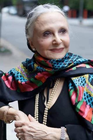 """""""Недовольные и ворчуны тянут вас вниз"""" Дона Мария Джило, дама 92 лет, маленькая и настолько элегантна, что каждый день в 8 утра уже одета, хорошо причесана и со скромным макияжем, несмотря на слабое зрение. И сегодня она переехала в дом престарелых: ее муж, с которым она прожила 70 лет, недавно умер, и у нее не оставалось другого выбора. После того, как она терпеливо ждала в течение двух часов, чтоб увидеть комнаты, она все еще красиво улыбалась, когда из обслуживающего персонала пришли сказать, что ее комнаты готовы. По дороге к лифту, представитель описал ее маленькие комнаты, даже назвал цвета занавесок, которые украшали окна. Она прервала его с энтузиазмом маленькой девочки, которая только что получила щенка в подарок: - О, я люблю эти шторы ... - Дона Мария Джило, Вы даже не видели еще вашей комнаты ...Подождите ... - Это не имеет никакого значения, - она сказала, - счастье то, что вы, в принципе все решили. Нравится ли мне моя комната или нет, не зависит от того, какая мебель будет там стоять ... Все будет зависеть от того, как я готовлю мои ожидания. И я решила, что обожаю! Такое решение я принимаю каждый день, когда я просыпаюсь. Вы знаете, мы можем провести весь день в постели, прислушиваясь к боли, которые имеем в определенных частях тела, которые не работают ...Или же можем встать с постели, поблагодарив другие части, которые по-прежнему подчиняются нам. - Как это? - Не так уж сложно людям иметь самообладание, и каждый может научиться. Мне потребовалось некоторое """"обучение"""" в течение года, и я хорошо знаю, что могу теперь выбирать и направлять свои мысли и, следовательно, чувства. Спокойно она продолжала: - Каждый день - как подарок, и как только я открываю глаза, я прихожу в новый день, а со мной - и счастливые воспоминания, которые были в моей жизни. Старость, как банковский счет: вы можете снять только то, что вы сохранили. Так что мой вам совет внести много радости и счастья на счет вашей памяти. И, кстати, спасибо за этот депозит в мой банк памяти! К"""