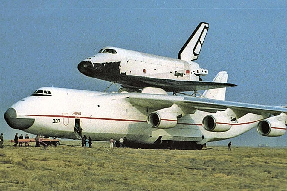 «Буран» (сверху) перевозился как член Политбюро - на персональном самолете.