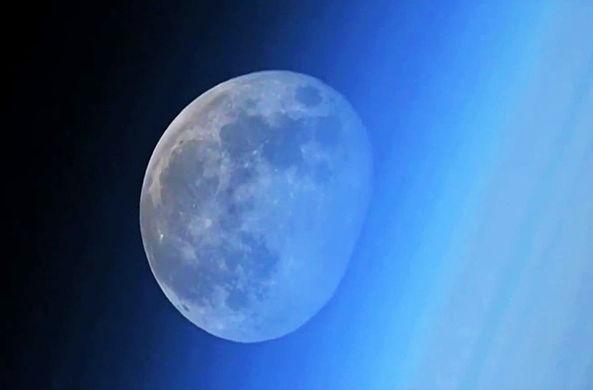 Космонавт Олег Артемьев снял закат Луны с МКС