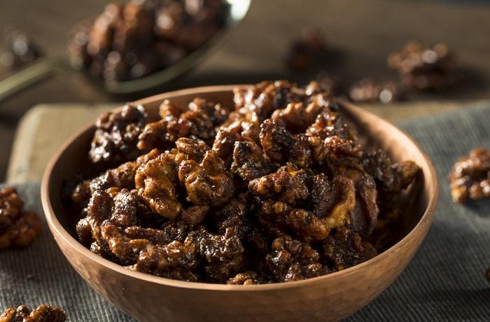 В микроволновке можно приготовить вкусные орехи в глазури. / Фото: smak.ua