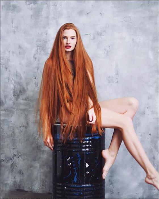 Девушка рассказывает об уходе за волосами.  Instagram sidorovaanastasiya.